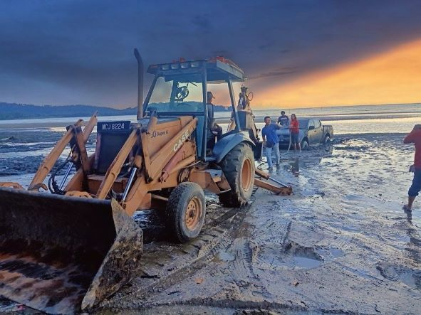 Kereta kamal adli sangkyt kat lumpur pantai